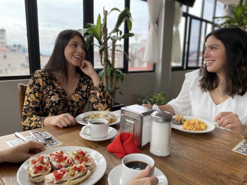 dos mujeres desayunando